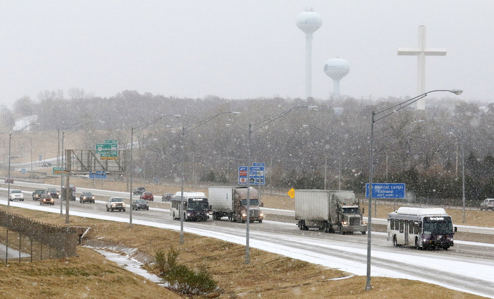 Photo - Traffic moving south along I-35 near 15th street in Edmond Sunday, November 24, 2013. Photo by Doug Hoke, The Oklahoman