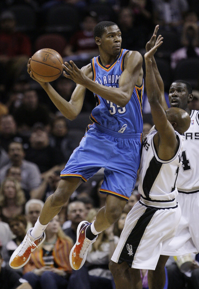 Photo - Oklahoma City Thunder forward Kevin Durant (35) is defended by San Antonio Spurs guard Jacque Vaughn, center, and guard Michael Finley, right, during the first quarter of an NBA basketball game in San Antonio, Tuesday, March 31, 2009. (AP Photo/Eric Gay) ORG XMIT: TXEG105