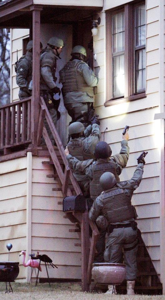 Photo - Agents with the Oklahoma Bureau of Narcotics and Dangerous Drugs Control and local law enforcement agencies prepare to enter an apartment at 2409 N Drexel in Oklahoma City. Photo by Paul B. Southerland, The Oklahoman  PAUL B. SOUTHERLAND - PAUL B. SOUTHERLAND