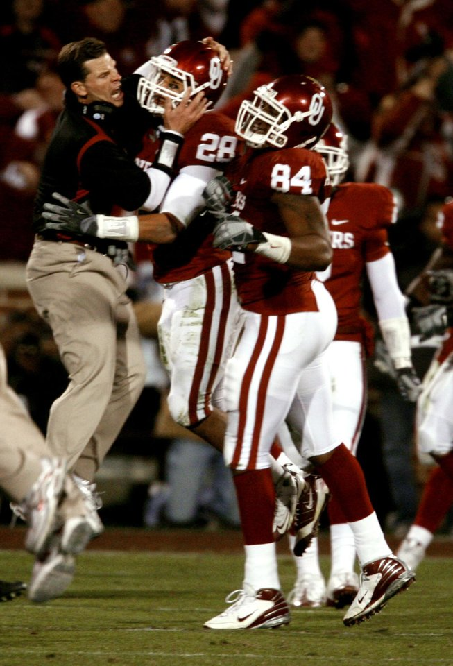 Photo - OU's Brent Venables pats Travis Lewis after the Sooners stopped Tech on a fourth down play to take over possession during the first half of the college football game between the University of Oklahoma Sooners and Texas Tech University at the Gaylord Family -- Oklahoma Memorial Stadium on Saturday, Nov. 22, 2008, in Norman, Okla.   BY STEVE SISNEY, THE OKLAHOMAN