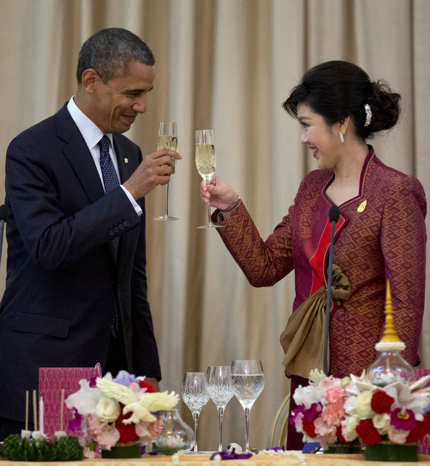 Photo -   U.S. President Barack Obama, left, and Thai Prime Minister Yingluck Shinawatra toast during an official dinner at Government House in Bangkok, Thailand, Sunday, Nov. 18, 2012. (AP Photo/Carolyn Kaster)