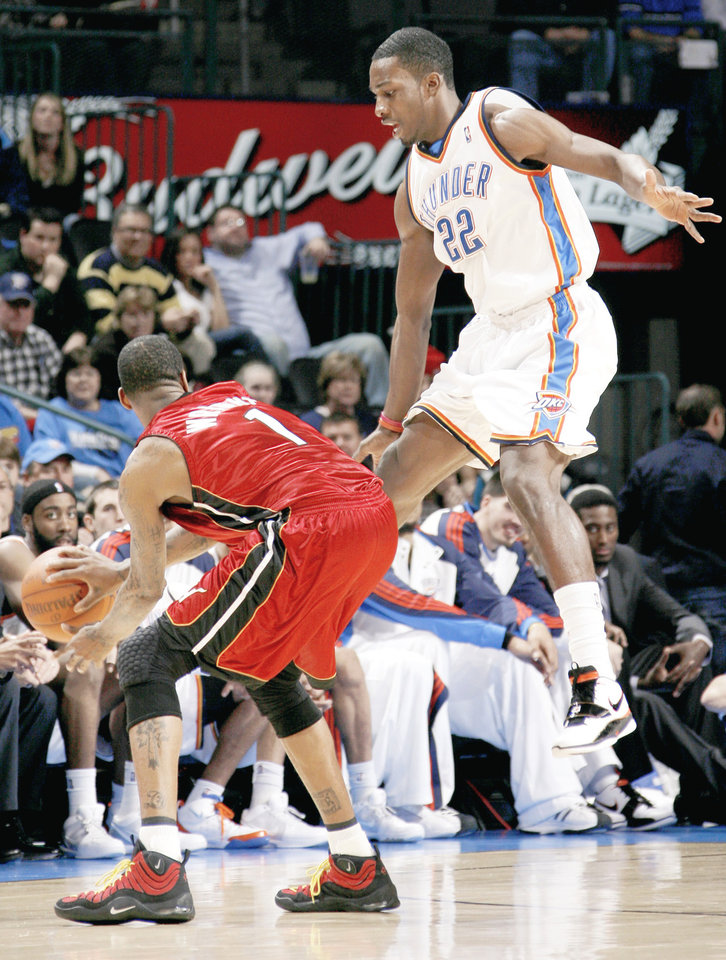 Oklahoma City's Jeff Green defends Miami's Dorell Wright. Photo by Bryan Terry, The Oklahoman