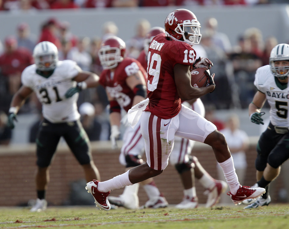 Photo - Oklahoma's Justin Brown (19) makes a catch during the college football game between the University of Oklahoma Sooners (OU) and Baylor University Bears (BU) at Gaylord Family - Oklahoma Memorial Stadium on Saturday, Nov. 10, 2012, in Norman, Okla.  Photo by Chris Landsberger, The Oklahoman