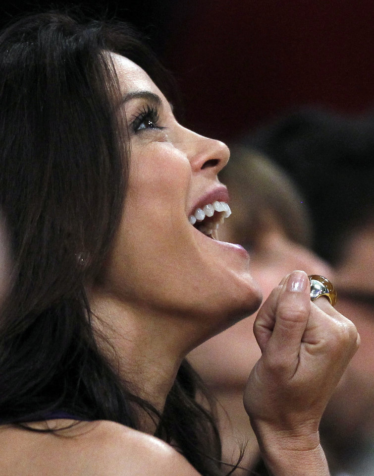 Photo -  Actress Teri Hatcher watches during the second half of an NBA basketball first-round playoff game between the Los Angeles Lakers and the Oklahoma City Thunder in Los Angeles, Sunday, April 18, 2010. The Lakers won 87-79. (AP Photo/Chris Carlson) ORG XMIT: LAS206