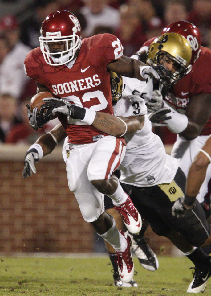 Photo - OU's Roy Finch runs past Colorado's Jimmy Smith during the college football game between the University of Oklahoma (OU) Sooners and the University of Colorado Buffaloes at Gaylord Family-Oklahoma Memorial Stadium in Norman, Okla., Saturday, October 30, 2010. Photo by Bryan Terry, The Oklahoman