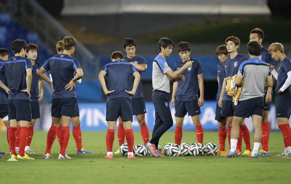 Photo - South Korea national soccer team coach Hong Myung-bo, center, talks to players during an official training session the day before the group H World Cup soccer match between Russia and South Korea at the Arena Pantanal in Cuiaba, Brazil, Monday, June 16, 2014. (AP Photo/Lee Jin-man)