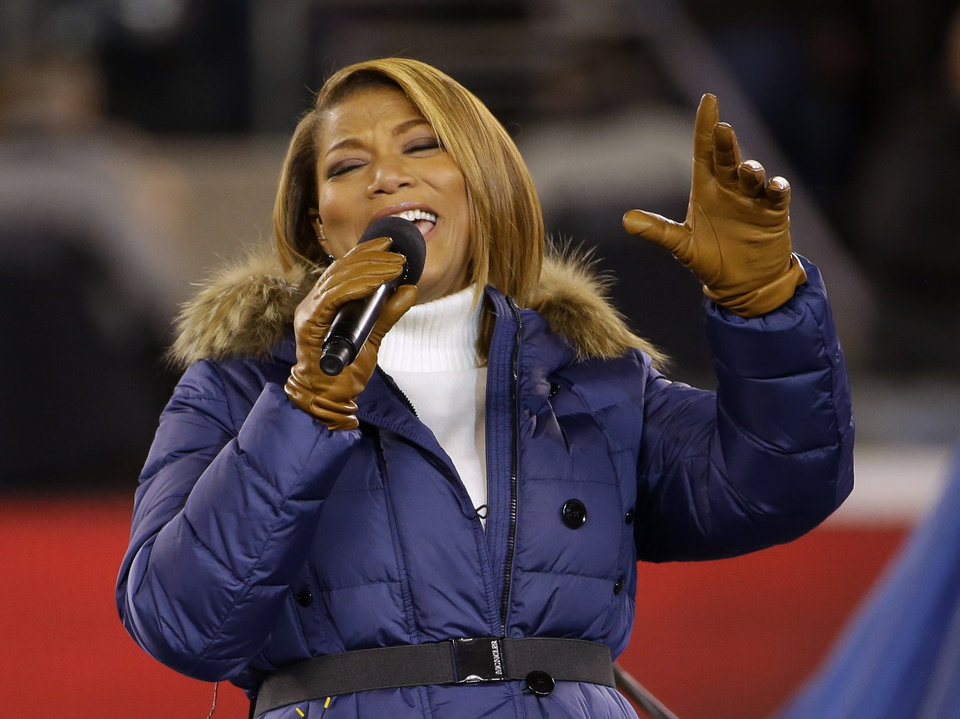 Photo - Queen Latifah sings
