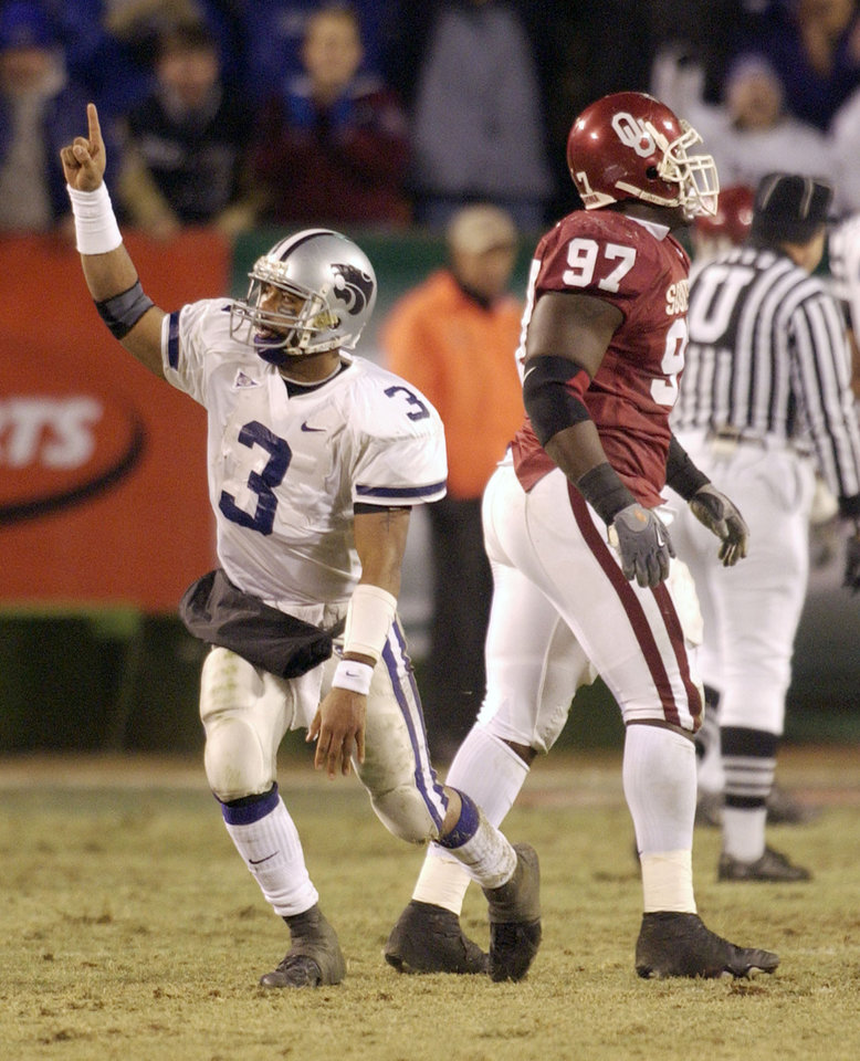 Kansas City , MU, Saturday December 6, 2003.The University of Oklahoma against Kansas State University during the BIG 12 Championship game at Arrowhead Stadium. Ell Roberson celebrates after a touchdown as OU's Tommie Harris walks off the field.  Staff photo by Bryan Terry