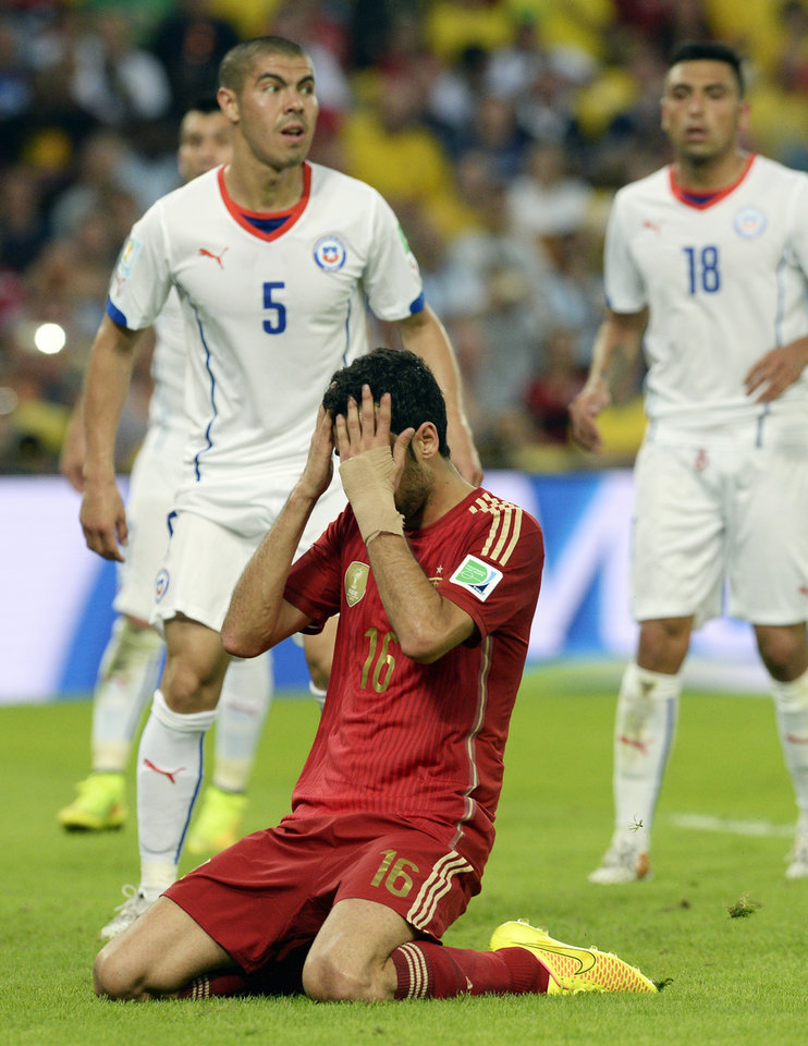 Photo - Spain's Sergio Busquets reacts after missing a chance during the group B World Cup soccer match between Spain and Chile at the Maracana Stadium in Rio de Janeiro, Brazil, Wednesday, June 18, 2014.  (AP Photo/Manu Fernandez)