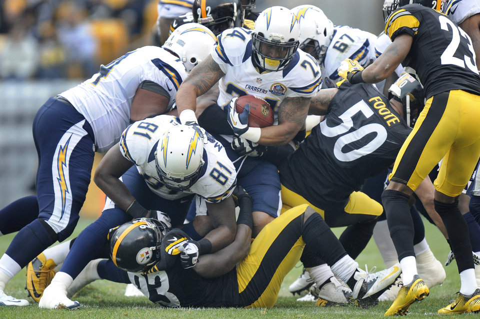 Photo - San Diego Chargers running back Ryan Mathews (24) runs into the line as tight end Randy McMichael (81) blocks Pittsburgh Steelers outside linebacker Jason Worilds (93) in the first quarter of an NFL football game on Sunday, Dec. 9, 2012, in Pittsburgh. (AP Photo/Don Wright)