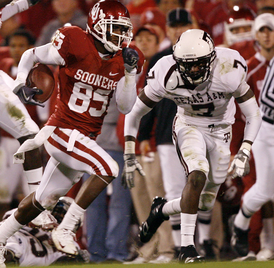 Photo - Oklahoma's Ryan Broyles (85) runs past Texas A&M's Terrence Frederick (7) after a reception during the second half of the college football game between the University of Oklahoma Sooners (OU) and the Texas A&M Aggies at Gaylord Family-Memorial Stadium on Saturday, Nov. 14, 2009, in Norman, Okla. 