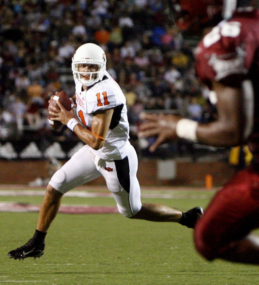 Photo - OSU quarterback Zac Robinson scrambles in the first quarter during the college football game between the Troy University Trojans and the Oklahoma State University Cowboys at Movie Gallery Veterans Stadium in Troy, Ala., Friday, September 14, 2007. BY MATT STRASEN, THE OKLAHOMAN ORG XMIT: KOD