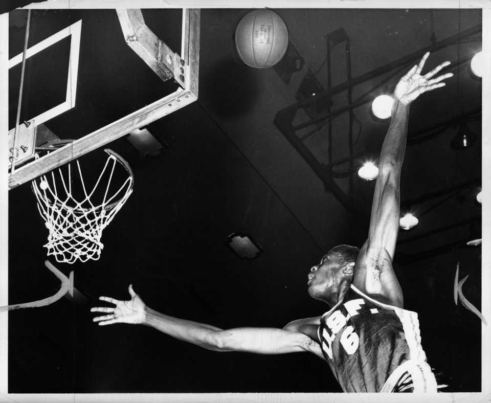Photo - Basketball great Bill Russell  OKLAHOMAN ARCHIVE PHOTO  Bob Albright