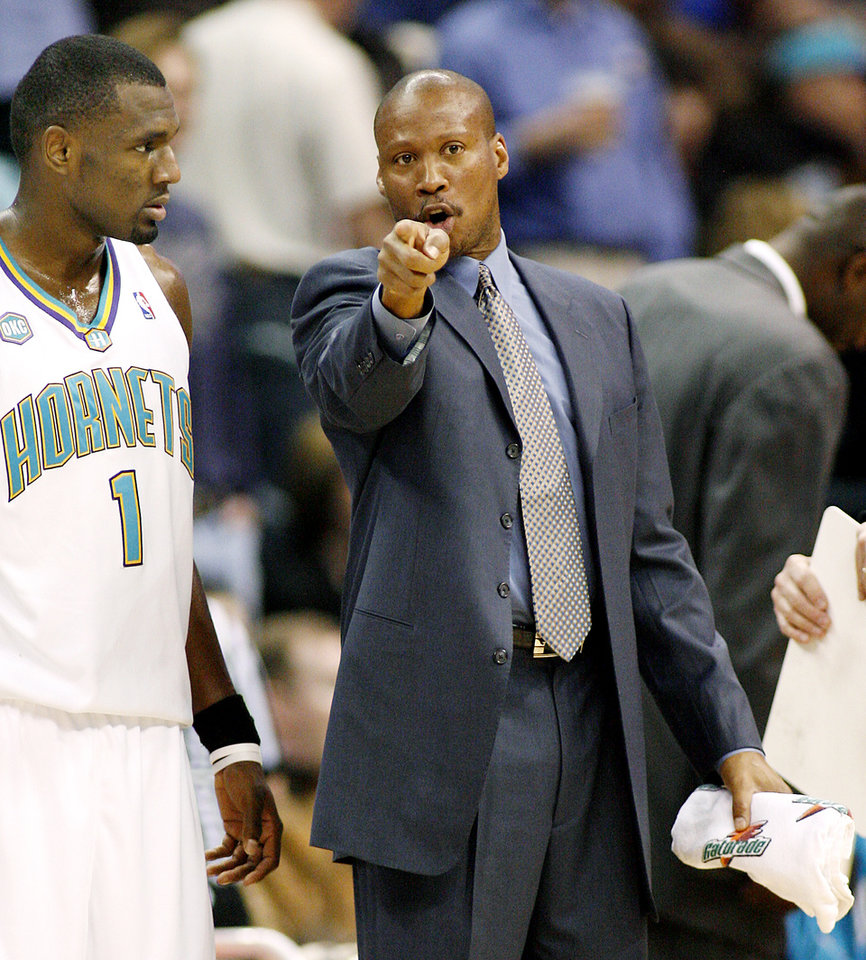 Photo - New Orleans/Oklahoma City Hornets coach Byron Scott talks with Hornets guard Kirk Snyder in the first half of Saturday night's NBA basketball game against the Los Angeles Lakers Feb. 4, 2006 in Oklahoma City. Hornets won, 106-90. (AP Photo/Ty Russell)