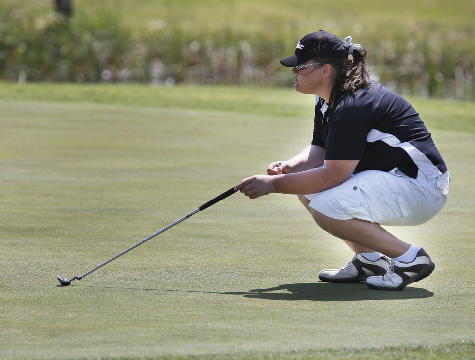 Photo - CLASS 4A GIRLS HIGH SCHOOL GOLF / STATE TOURNAMENT: Poteau's Alyssa Vineyard lines up a putt at Lake Hefner Golf Course in Oklahoma City , Wednesday May 1, 2013. Photo By Steve Gooch, The Oklahoman