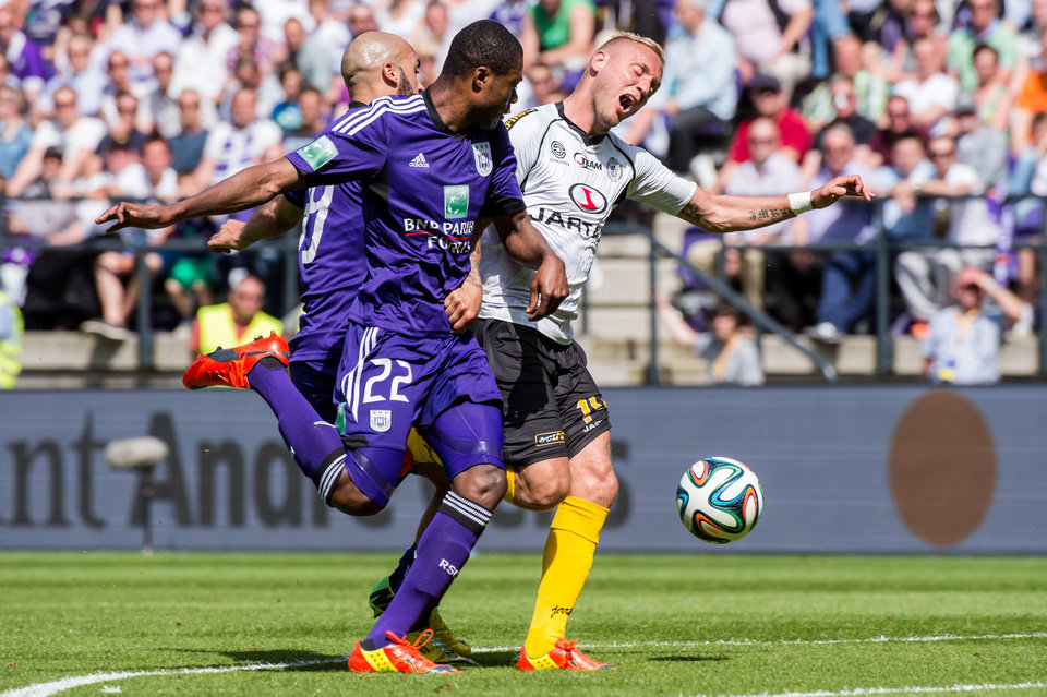 Photo - RSC Anderlecht players Anthony Vanden Borre, left, and Chancel Mbemba, center, challenge Sporting Lokeren player Jordan Remacle during the Jupiler Pro League play-offs match at the Contstant Vandenstock stadium in Brussels, Sunday May 18, 2014. (AP Photo/Geert Vanden Wijngaert)