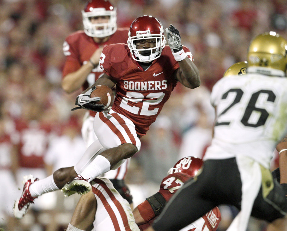 Photo - OU's Roy Finch runs during the college football game between the University of Oklahoma (OU) Sooners and the University of Colorado Buffaloes at Gaylord Family-Oklahoma Memorial Stadium in Norman, Okla., Saturday, October 30, 2010. Photo by Bryan Terry, The Oklahoman
