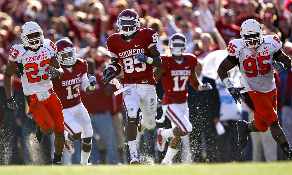Photo - Oklahoma's Ryan Broyles (85) runs a punt return in for a touchdown during the second half of the Bedlam college football game between the University of Oklahoma Sooners (OU) and the Oklahoma State University Cowboys (OSU) at the Gaylord Family-Oklahoma Memorial Stadium on Saturday, Nov. 28, 2009, in Norman, Okla.