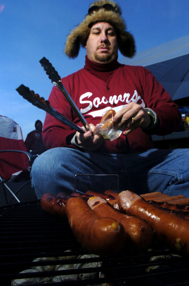 Kansas City , MU, Saturday December 6, 2003.The University of Oklahoma against Kansas State University (KSU) during the Big 12 college football championship game at Arrowhead Stadium.      OU FAN, FANS, TAILGATING: Bryan Procter of Norman cooks hotdogs outside the stadium before the game.  Staff photo by Bryan Terry