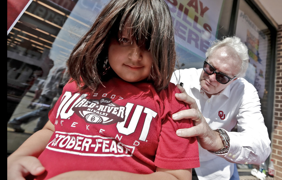 FANS / OU / UNIVERSITY OF OKLAHOMA / COLLEGE FOOTBALL: Oklahoma Heisman Trophy winner Steve Owens signs an autograph on the back of Cheyanne Waller during the Bevo Bash on Friday, Oct. 12, 2012, in Marietta, Okla. Photo by Chris Landsberger, The Oklahoman