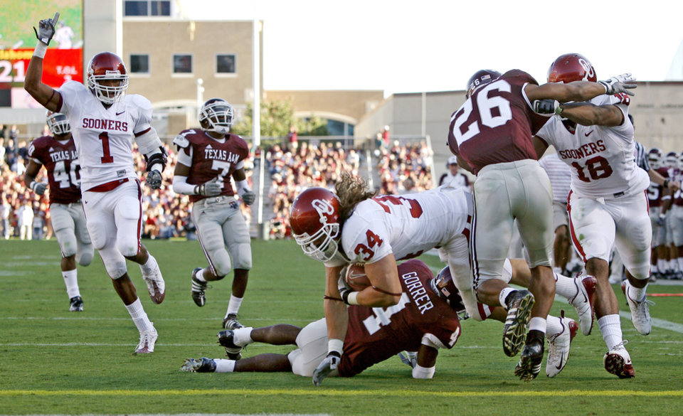 Photo - OU's  Matt Clapp scores a touchdown over Texas A&M's Danny Gorrer for a touchdown during the college football game between the University of Oklahoma and Texas A&M University at Kyle in College Station, Texas, Saturday, November 8, 2008.  BY BRYAN TERRY, THE OKLAHOMAN