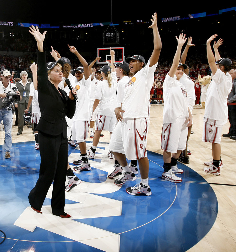 Photo - OU coach Sherri Coale and the OU team wave to the crowd after the NCAA women's basketball regional  tournament finals between Oklahoma and Purdue at the Ford Center in Oklahoma City, Tuesday, March 31, 2009.  OU won, 74-68. Photo by Bryan Terry, The Oklahoman