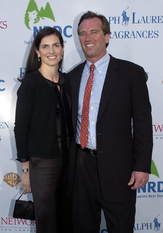 Photo -   FILE - In this May 6, 2004 file photo, Robert F. Kennedy Jr., right, and his wife Mary Richardson Kennedy arrive at the Natural Resources Defense Council, or N.R.D.C., fundraiser in Los Angeles. An attorney on Wednesday, May 16, 2012 said Mary Kennedy has been found dead on Robert F. Kennedy Jr.'s property in Bedford, N.Y. (AP Photo/Chris Urso, File)