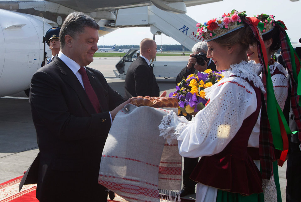 Photo - Ukrainian President Petro Poroshenko gets traditional salt and bread upon arrival in Minsk, Belarus on Tuesday, Aug. 26, 2014. Poroshenko arrived in Minsk on Tuesday for discussions with Russia and Ukraine with a view to creating a new political impulse towards finding a political, sustainable solution to the situation in Ukraine. (AP Photo/ Dmitry Brushko)