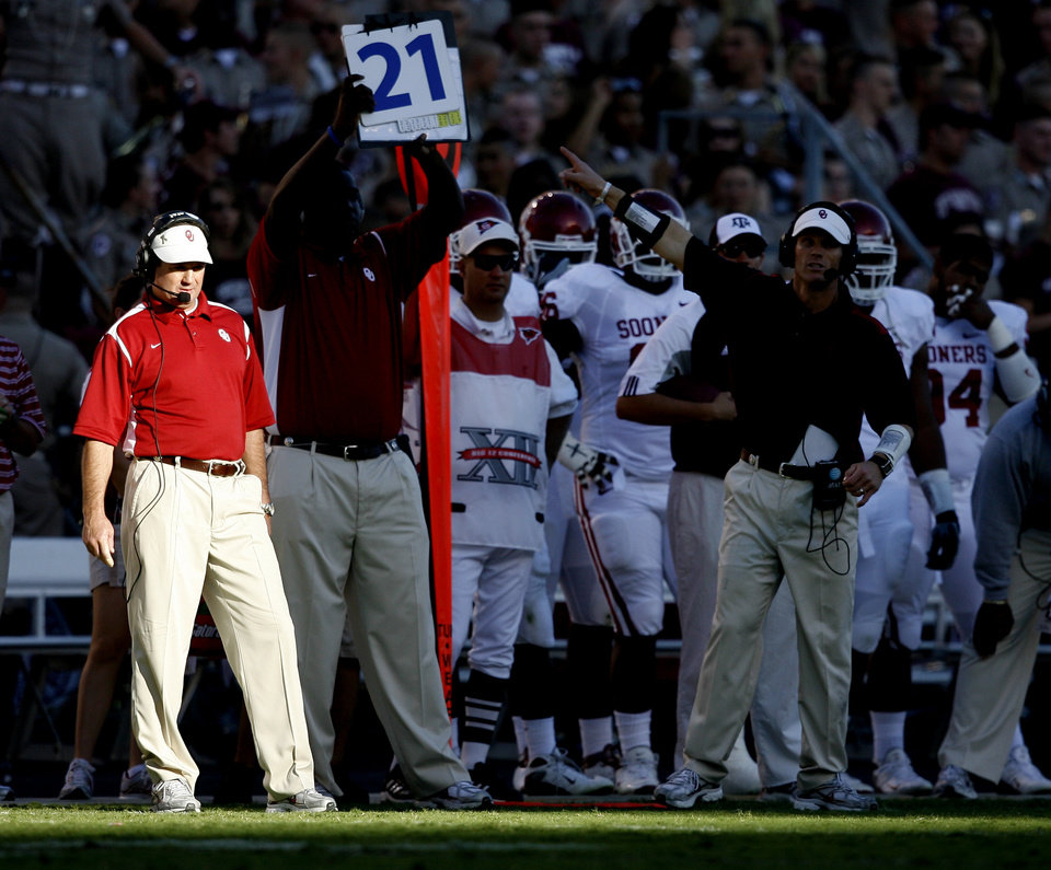 Photo - OU coach Bob Stoops watches during the college football game between the University of Oklahoma and Texas A&M University at Kyle Field in College Station, Texas, Saturday, November 8, 2008.  BY BRYAN TERRY, THE OKLAHOMAN