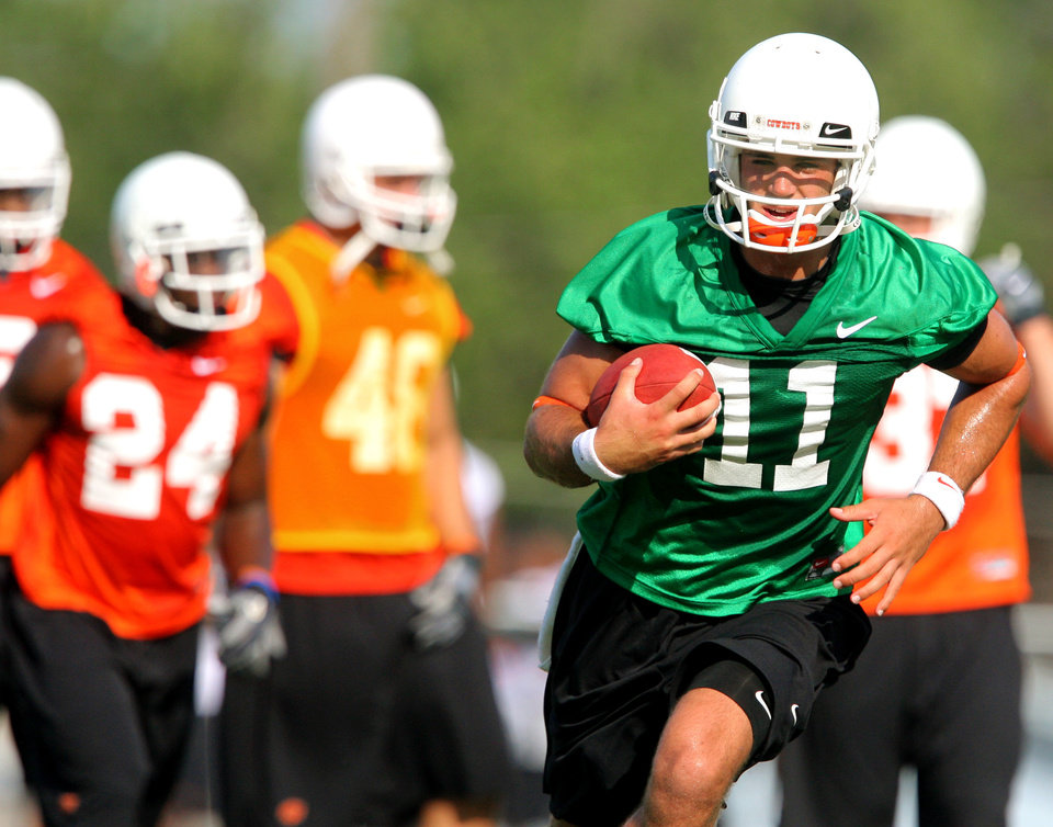 Photo - Quarterback Zac Robinson runs upfield during a play during the first Oklahoma State University fall football practice, in Stillwater, Okla., Thursday, July 31, 2008. BY MATT STRASEN, THE OKLAHOMAN
