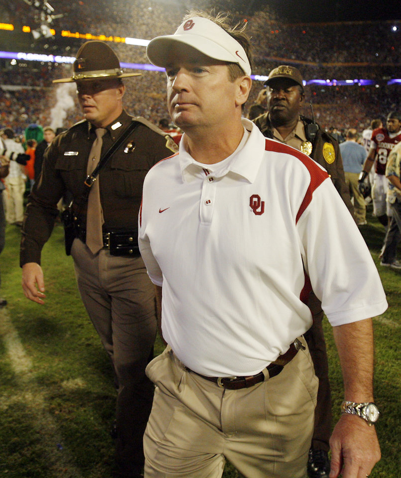 Photo - Oklahoma coach Bob Stoops walks off the field after the BCS National Championship college football game between the University of Oklahoma Sooners (OU) and the University of Florida Gators (UF) on Thursday, Jan. 8, 2009, at Dolphin Stadium in Miami Gardens, Fla. Oklahoma lost the game 24-14 to the Gators.
