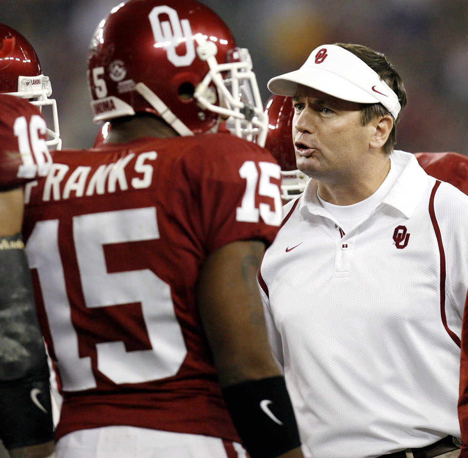Photo - Bob Stoops yells at his team during the first half of the Fiesta Bowl college football game between the University of Oklahoma Sooners (OU) and the West Virginia University Mountaineers (WVU) at The University of Phoenix Stadium on Wednesday, Jan. 2, 2008, in Glendale, Ariz. 
