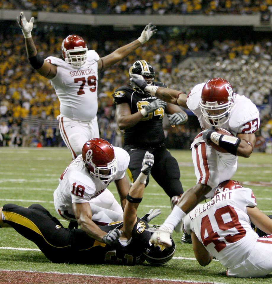 Photo - OU's Allen Patrick scores a touchdown during the second half of the Big 12 Championship college football game between the University of Oklahoma Sooners (OU) and the University of Missouri Tigers (MU) at the Alamodome on Saturday, Dec. 1, 2007, in San Antonio, Tx.  By Bryan Terry,  The Oklahoman ORG XMIT: KOD