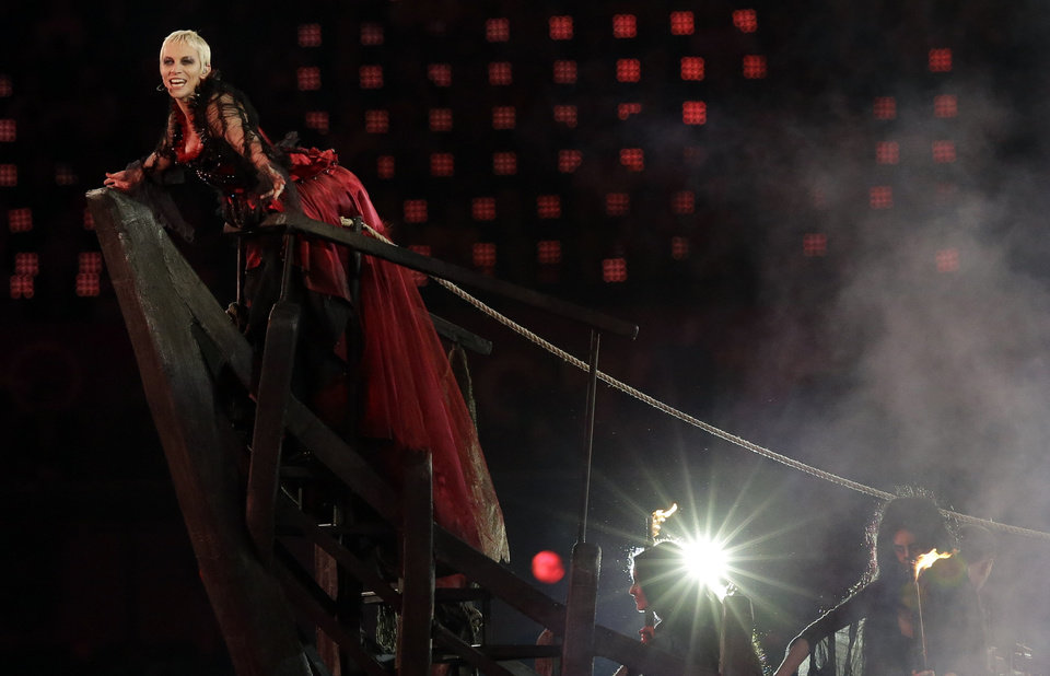 Photo -   Annie Lennox performs during the Closing Ceremony at the 2012 Summer Olympics, Sunday, Aug. 12, 2012, in London. (AP Photo/Charlie Riedel)