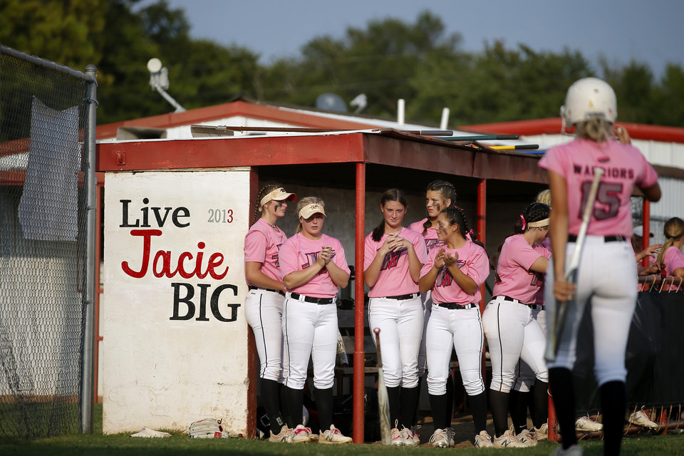 Photo - The Washington softball teams stands next to a sign on their dugout honoring Jacie Cochran during a game in Washington, Okla., Thursday, Sept. 17, 2020. Jacie died July 2 shortly after giving birth to her son Jaxon. [Bryan Terry/The Oklahoman]