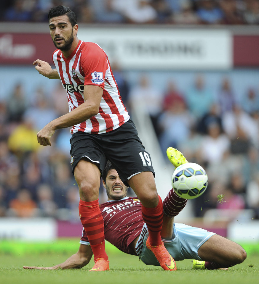 Photo - West Ham United's James Tomkins and Southampton's Graziano Pelle, behind, in action during their English Premier League soccer match at Upton Park, London, Saturday Aug. 30, 2014. (AP Photo / Daniel Hambury, PA) UNITED KINGDOM OUT - NO SALES - NO ARCHIVES