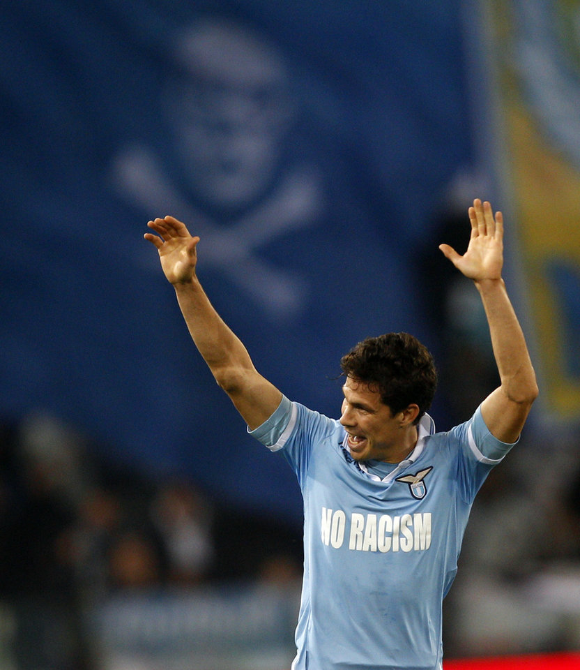 Photo -   Lazio midfielder Hernanes, of Brazil, celebrates after scoring during a Serie A soccer match between Lazio and Udinese at Rome's Olympic stadium, Tuesday, Nov. 27, 2012. (AP Photo/Alessandra Tarantino)