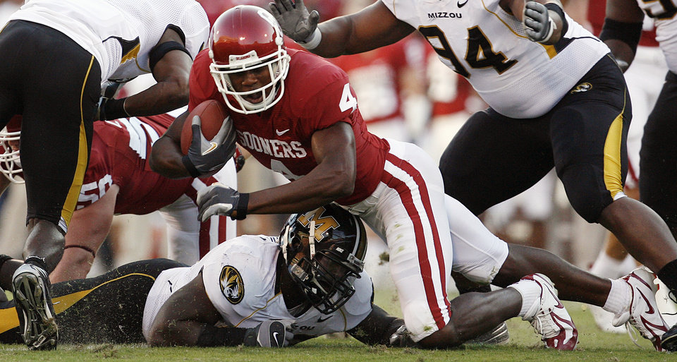 Photo - Oklahoma's Malcolm Kelly (4) is brought down by the Missouri defense during the first half of the college football game between the University of Oklahoma Sooners (OU) and the University of Missouri Tigers (MU) at the Gaylord Family Oklahoma Memorial Stadium on Saturday, Oct. 13, 2007, in Norman, Okla.By STEVE SISNEY, The Oklahoman