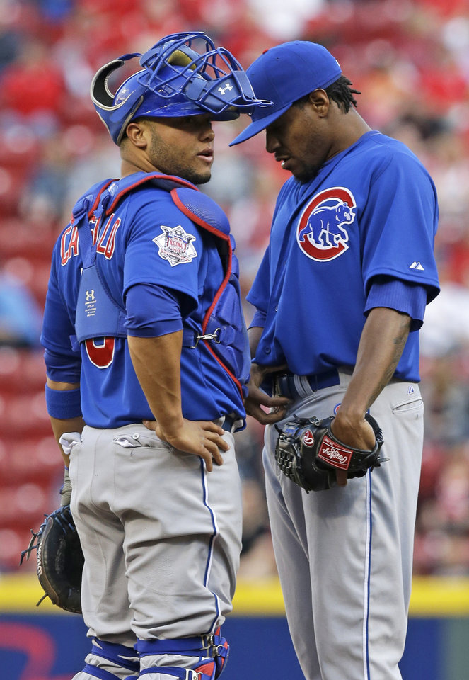 Photo - Chicago Cubs starting pitcher Edwin Jackson, right, talks with catcher Welington Castillo in the first inning of a baseball game against the Cincinnati Reds, Wednesday, April 30, 2014, in Cincinnati. (AP Photo)