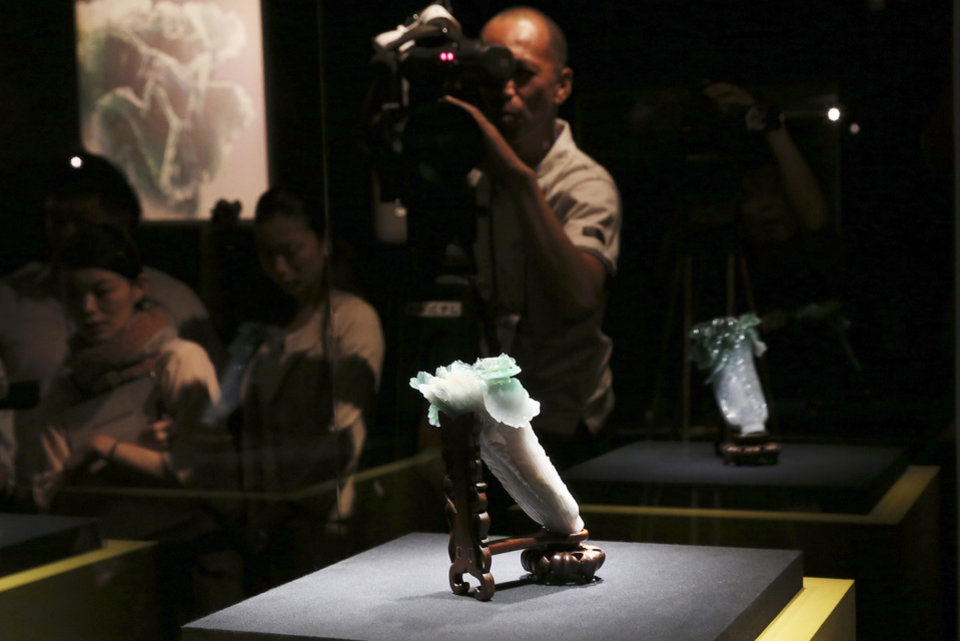Photo - The Jadeite Cabbage sculpture, measuring 18.7-centimeter (7.4-inch)-high and 9.1-cm (3.6 in)-wide, is displayed at the Tokyo National Museum in Tokyo during a press preview of the exhibition of
