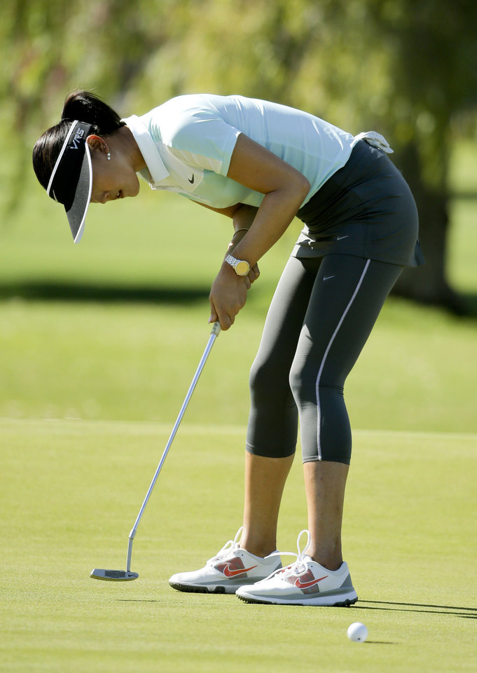 Photo - Michelle Wie putts on the 14th hole during the first round at the Kraft Nabisco Championship golf tournament on Thursday, April 3, 2014, in Rancho Mirage, Calif. (AP Photo/Chris Carlson)