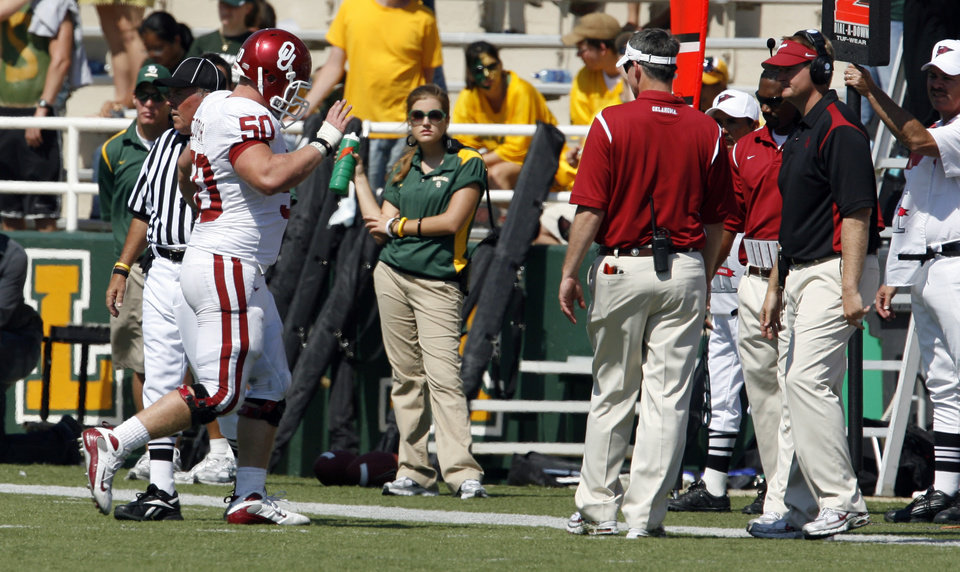 Photo - Jon Cooper leaves with an injury in the second half during the college football game between Oklahoma (OU) and Baylor University at Floyd Casey Stadium in Waco, Texas, Saturday, October 4, 2008.   BY STEVE SISNEY, THE OKLAHOMAN