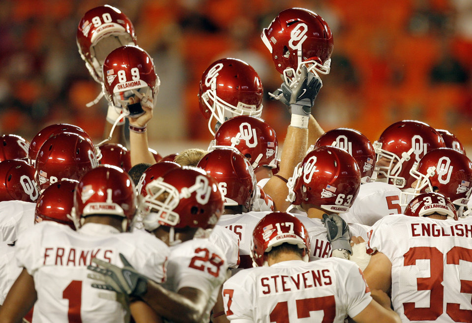 The OU Sooners gather before the college football game between the University of Oklahoma (OU) Sooners and the University of Miami (UM) Hurricanes at Land Shark Stadium in Miami Gardens, Florida, Saturday, October 3, 2009. Photo by Nate Billings, The Oklahoman