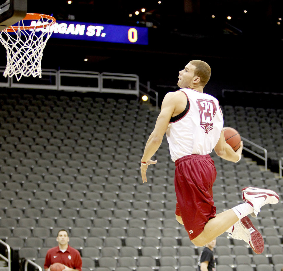 Photo - UNIVERSITY OF OKLAHOMA / COLLEGE BASKETBALL / DUNK: OU's Blake Griffin dunks the ball during practice before the first round of the men's NCAA tournament in Kansas City, Mo., Wednesday, March 18, 2009. Oklahoma will play Morgan State on Thursday, March 19, 2009. PHOTO BY BRYAN TERRY, THE OKLAHOMAN ORG XMIT: KOD