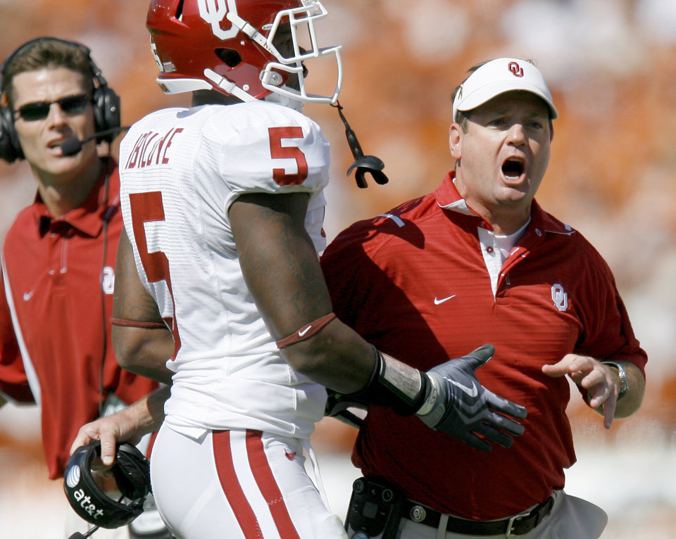 Photo - OU coach Bob Stoops reacts after a call beside Joseph Ibiloye during the Red River Rivalry college football game between the University of Oklahoma Sooners (OU) and the University of Texas Longhorns (UT) at the Cotton Bowl in Dallas, Texas, Saturday, Oct. 17, 2009. Photo by Bryan Terry, The Oklahoman