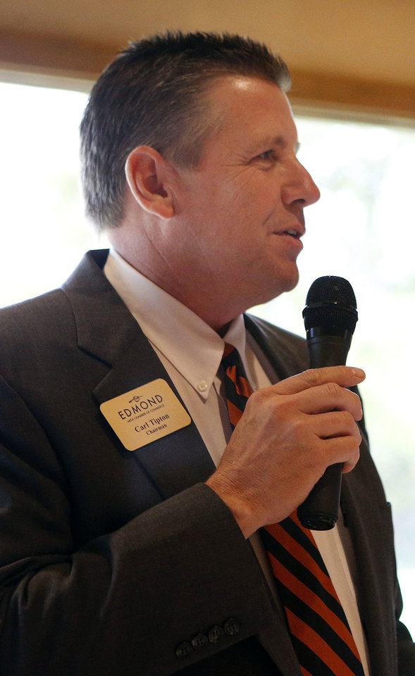 Photo - Carl Tipton, Edmond Area Chamber of Commerce chairman, welcomes new teachers at Edmond, Deer Creek, University of Central Oklahoma as well as career tech instructors during a new teachers reception. PHOTO BY SARAH PHIPPS, THE OKLAHOMAN.  SARAH PHIPPS - THE OKLAHOMAN