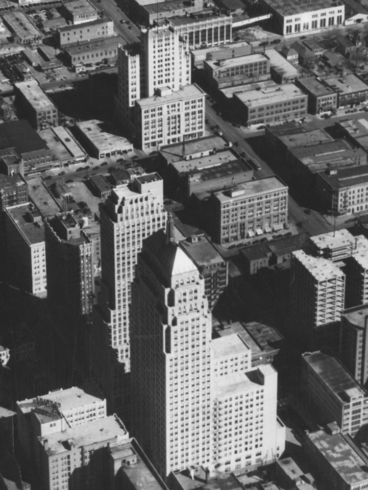 OKLAHOMA CITY / SKY LINE / OKLAHOMA / AERIAL VIEWS / AERIAL PHOTOGRAPHY / AIR VIEWS:  No caption.  Photo undated and unpublished.  Photo arrived in library on 03/05/1932.