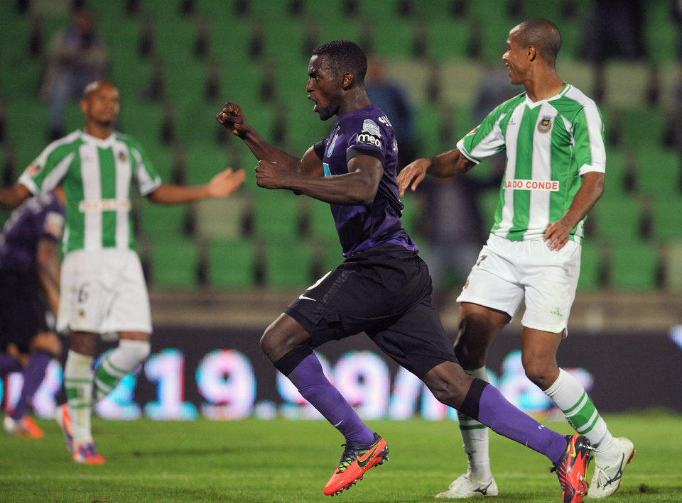 Photo -   FC Porto's Jackson Martinez, center, from Colombia celebrates after scoring the equalizer goal against Rio Ave in a Portuguese League soccer match, in Vila do Conde, Portugal, Saturday, Sept. 29, 2012. Jackson Martinez scored once in a match that ended in a 2-2 draw.(AP Photo/Paulo Duarte)