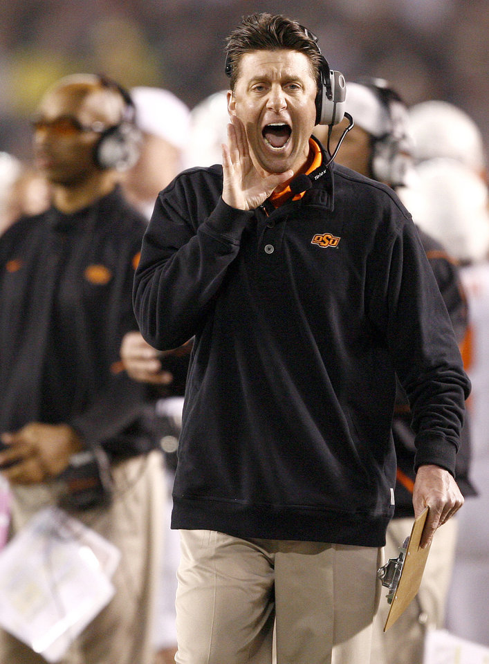 Photo - OSU coach Mike Gundy shouts during the Holiday Bowl college football between Oklahoma State and Oregon at Qualcomm Stadium in San Diego, Tuesday, Dec. 30, 2008.  PHOTO BY BRYAN TERRY, THE OKLAHOMAN.