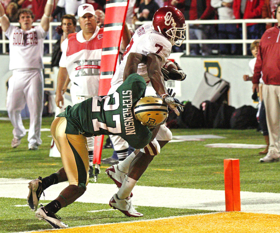 Photo - DeMarco Murray (7) scores during the first half of the college football game between the University of Oklahoma Sooners (OU) and the Baylor Bears (BU) at Floyd Casey Stadium on Saturday, November 20, 2010, in Waco, Texas.   Photo by Steve Sisney, The Oklahoman